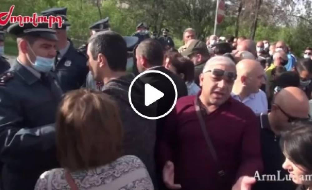 Տեսանյութ.Ժողովուրդն է դժգոհում է,ոստիկաններն արգելում էին բարձրանալ Ծիծեռնակաբերդ