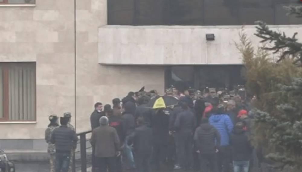 Տեսանյութ.Բենզինի շշերը բերեք . այստեղ է ժամանել ՀՀ ոստիկանապետը.ՊՆ-ի դրոնը ամբողջ ընթացքը վերեւից նկարահանում է