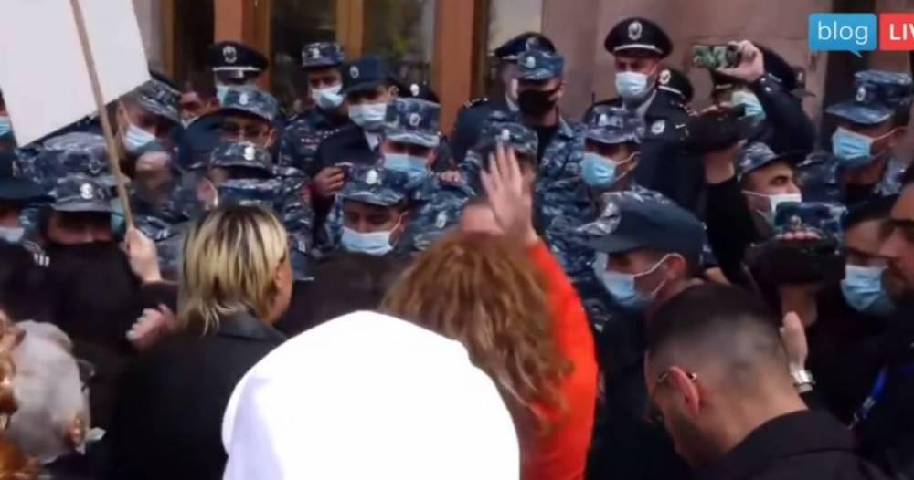 Լարված իրավիճակ՝ Կառավարության մոտ. ոստիկանները բերման են ենթարկում «ՎԵՏՕ» շարժման կին անդամներին