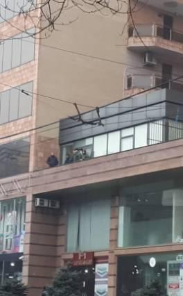 ՔՊ-ի գրասենյակը երեկ հսկում էին դիպուկահարներ, դիմացի մայթին էլ ԱԱԾ-ականներ կային