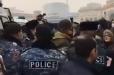 Ոստիկանները բերման են ենթարկում քաղաքացիներին