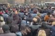 ՀՐԱՏԱՊ. Կառավարության շենքի մոտ հրմշտոց սկսեց. ոստիկանները ուժով հեռացնում են քաղաքացիներին:
