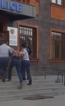 Շիրակի ոստիկանական բաժանմունքներ է բերվել 129 անձ, այդ թվում՝ «օրենքով գող». ոստիկանություն (տեսանյութ)