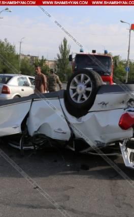 Խոշոր ավտովթար Երևանում. Վերջին զանգին մասնակցողներին տեղափոխող մեքենան շրջվել է