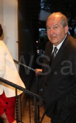 Էլթոն Ջոնն ընթրում է ՀՀ նախագահ Արմեն Սարգսյանի եւ «Starkey Hearing Technologies»-ի հիմնադրի հետ՝ «Անկյում»-ում (ֆոտո, տեսանյութ)