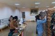 Գյումրիի «Ընտանիք» մանկապատանեկան ստեղծագործական կենտրոնի մանկավարժները սահման ուղարկելու համար տաք գլխարկներ, գուլպաներ ու ցանցեր են գործում
